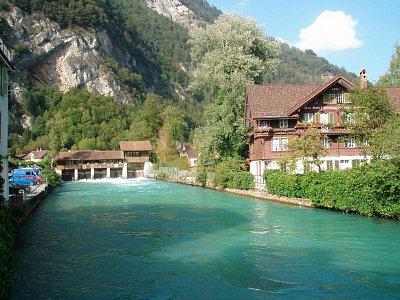 Interlaken - Pohled na řeku pod hory (nahrál: monika)