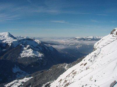 zima - Pohled z Männlichen na Thunské a Brienzké jezero. Když je krásné počasí a není mlha, je možné vidět až Bern (nahrál: monika)