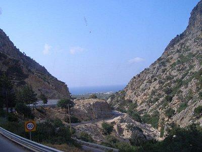 Cesta z Agios Nikolaos do Málie - V dáli se rýsuje moře a malé středisko Sissi. Z Málie se tam dá dojít kolem moře pohodlně pěšky. (nahrál: Joanna)