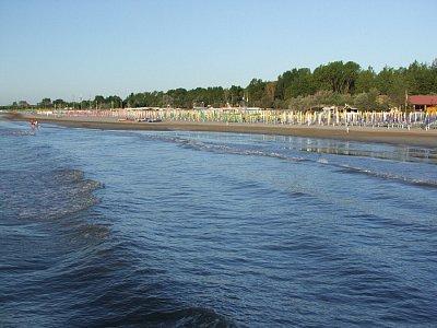 Lido di voláno - pláž - Krátce po východu slunce jsou pláže ještě prázdné... (nahrál: JaFi)