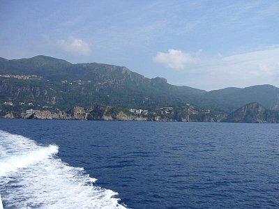 Pobřeží. - Pohled z lodi na pobřeží Paleokastritsi. (nahrál: inalou)