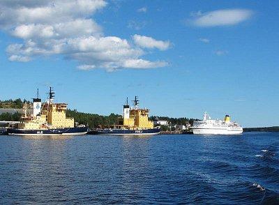 Ledoborce v Lulea - Přes léto jsou v přístavu zakotveny ledoborce, které v zimě dělají cestu do Finska pro lodi, převážející železnou rudu. (nahrál: Pavel)