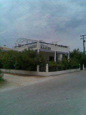 Skala Prinos - Hotel Calypso a přes cestu je pláž.Je to klidné místo pro odpočinek. (nahrál: šárka)