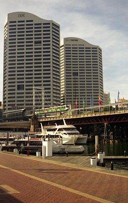 Darling Harbour - Monorail právě vyjíždí ze zastávky (nahrál: Luboš)